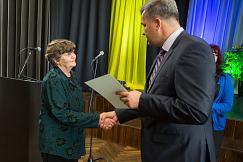 Lääne-Viru Omavalitsuste Liidu juhatuse esimees Mihkel Juhkami tänab Aime Püvi