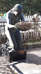 hauamonument-polvitav-naine