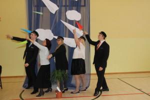 Ranno Rajaste, klassijuhataja Kaia Klaan, Maris Pohlak, Mija-Liis Lohk ja Aare Zilinski katsetavad lennuvalmidust paberlennukitega
